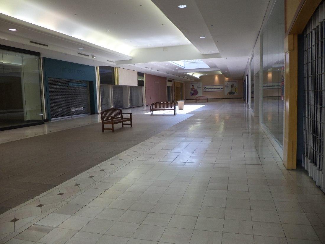 2048px-empty_hallway2c_tallahassee_mall